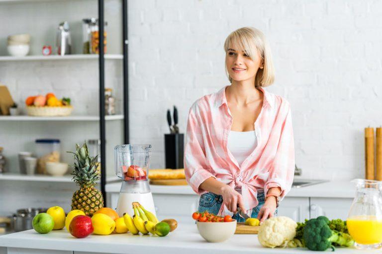 mujer batiendo frutas