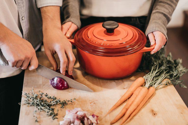 Cocinero cortando zanahoria