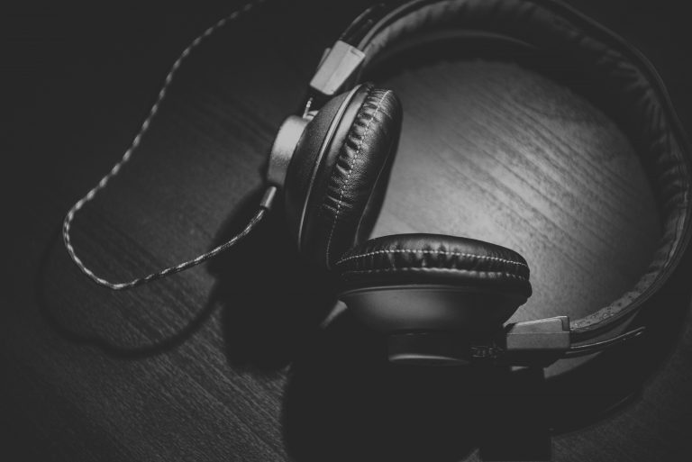 auriculares en fondo negro