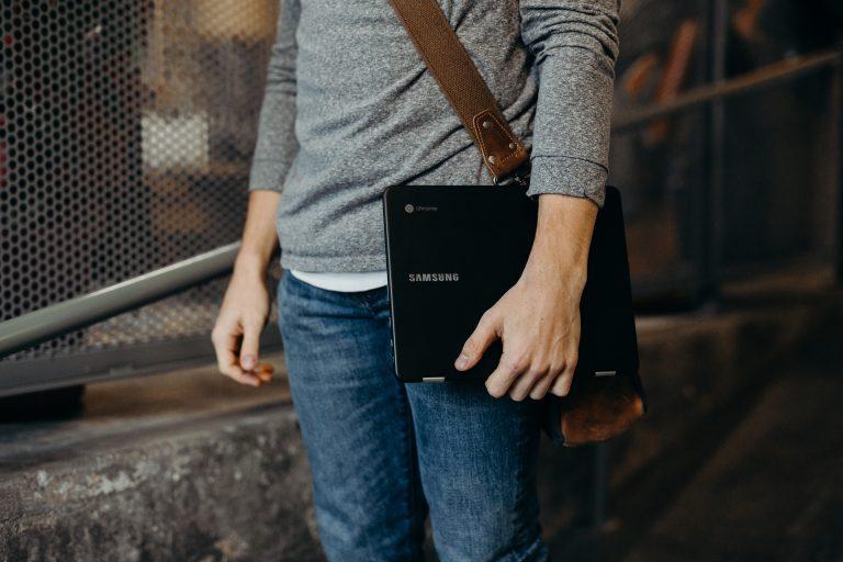 Chico con chromebook en su mano