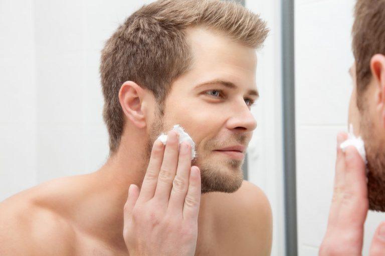 Hombre con crema facial