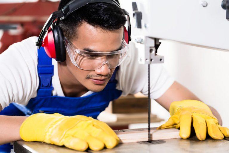 Hombre cortando madera