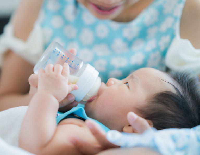 Bebe tomando leche en polvo