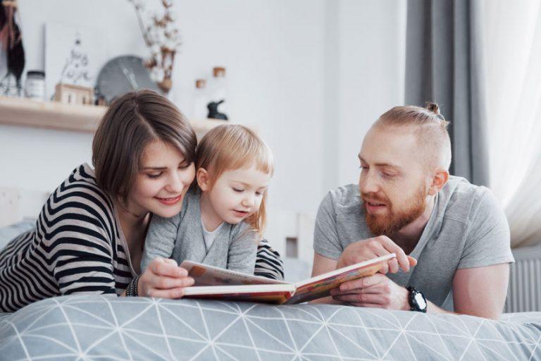 Padre leyendo con su pequeña hija