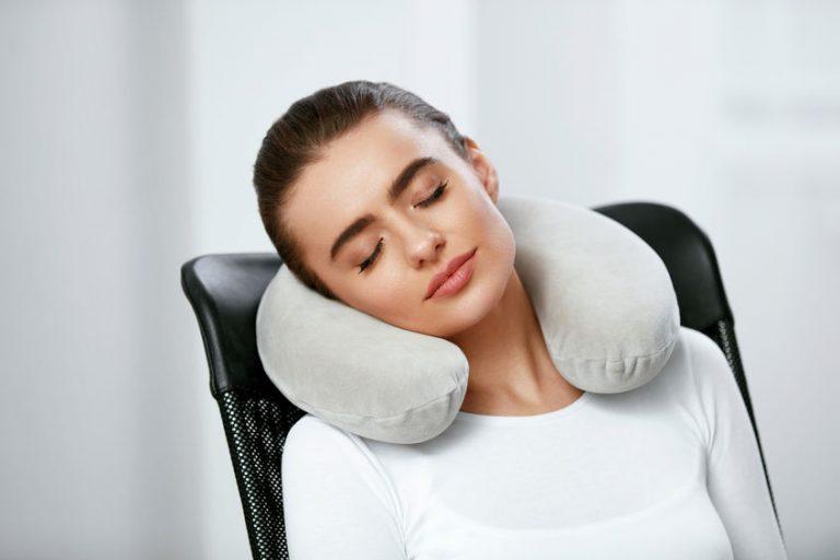Mujer con almohada