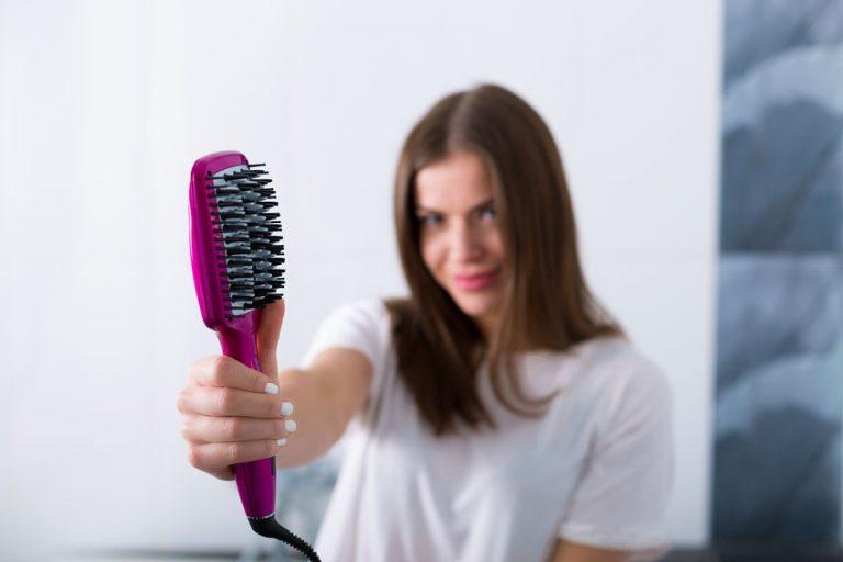 Mujer con cepillo en su mano