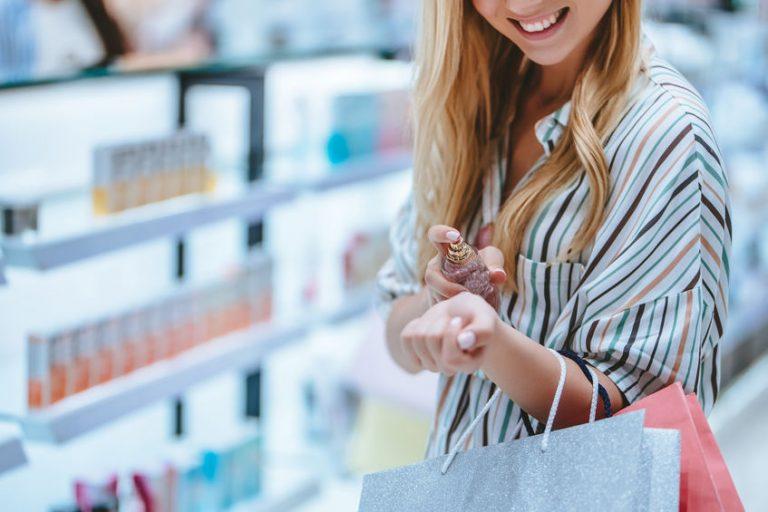 Mujer comprando perfume