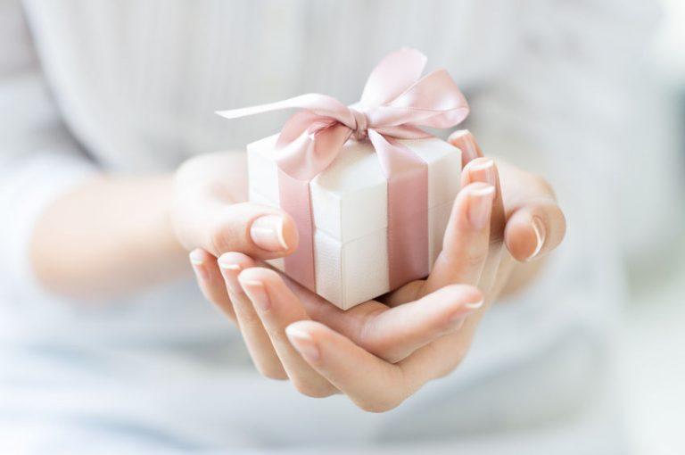 Mujer con regalo en sus manos