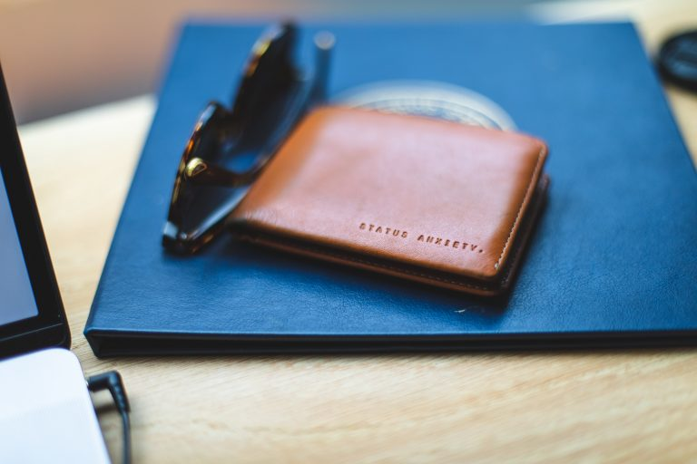 Billetera sobre fondo azul