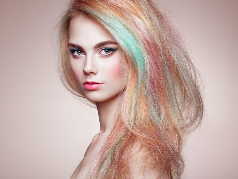 Mujer conc abello de color azul