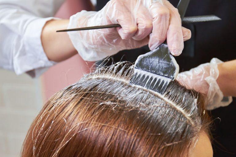 Mujer pintadose el cabello
