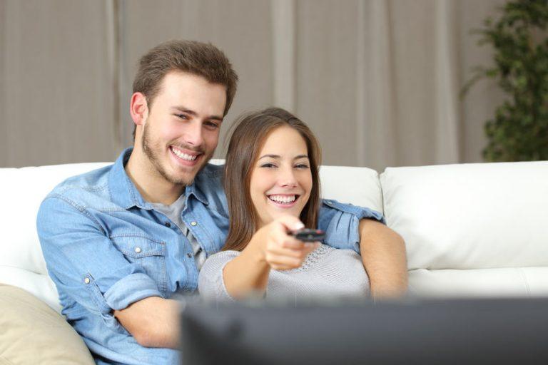 Personas viendo television