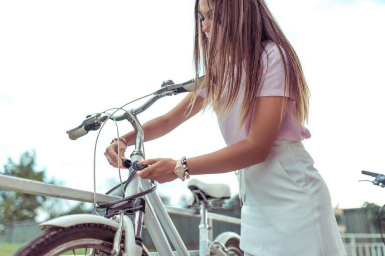 Mujer con su bicicleta