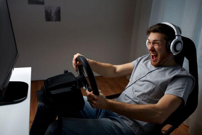 Hombre jugando en ordenador