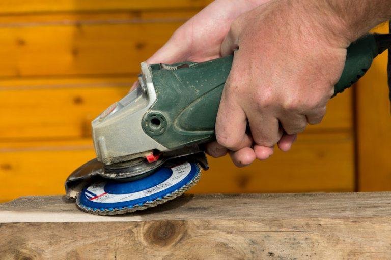 Hombre arreglando madera