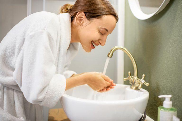 Mujer en el lavamanos