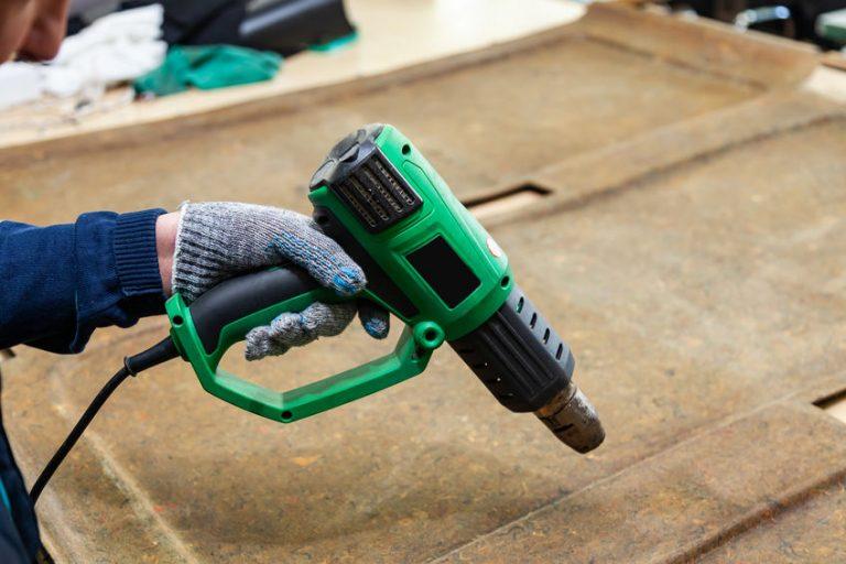 Hombre con herramienta