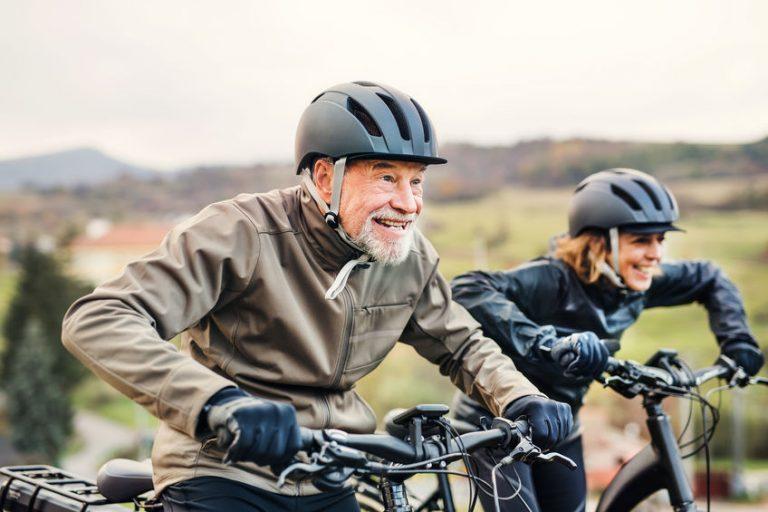 Personas en su bicicleta