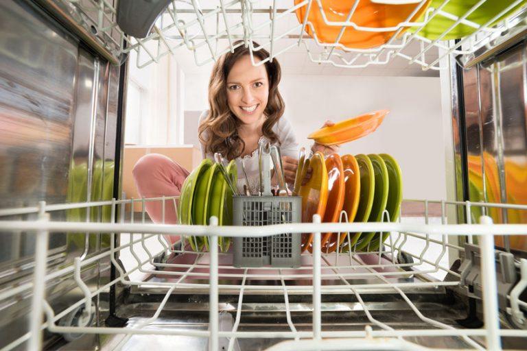 Mujer lavando vajilla