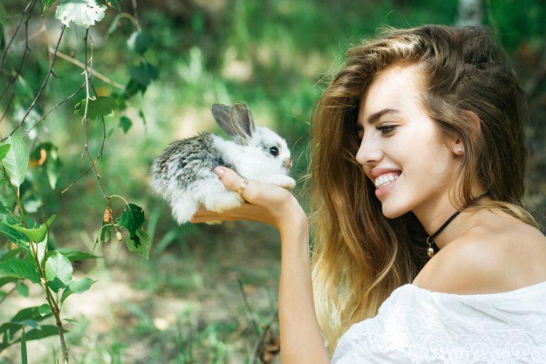 Mujer con conejo