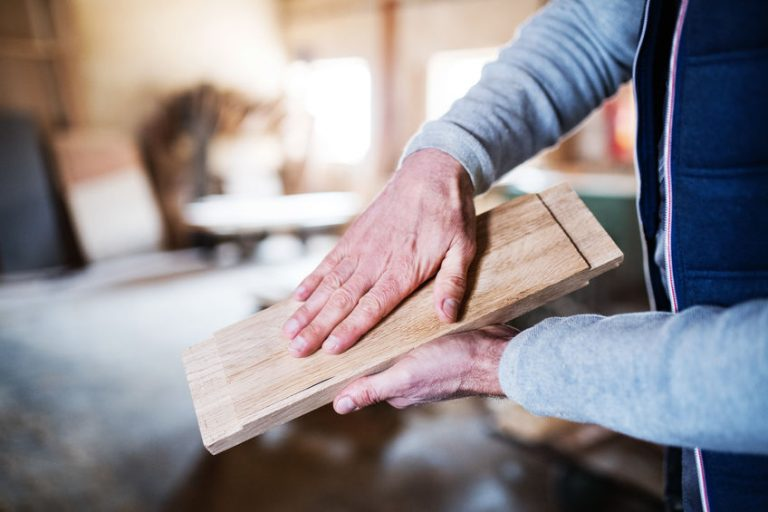 Hombre con madera en sus manos