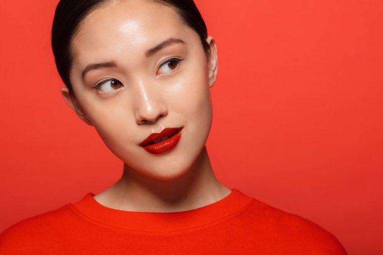 Mujer en fondo rojo
