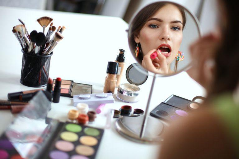 Mujer aplicando maquillaje