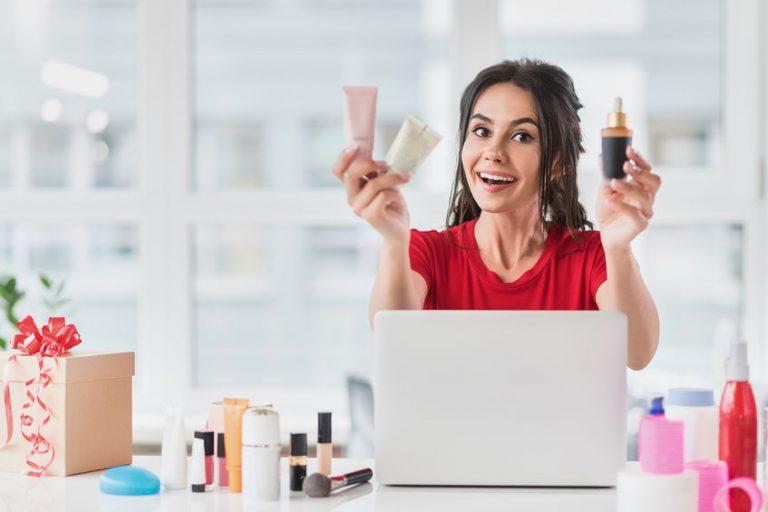 Mujer con productos de belleza