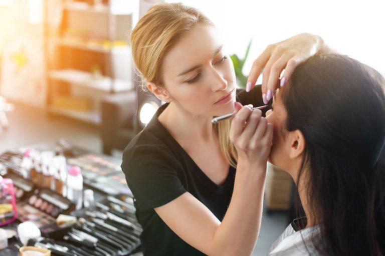 Mujer maquillando