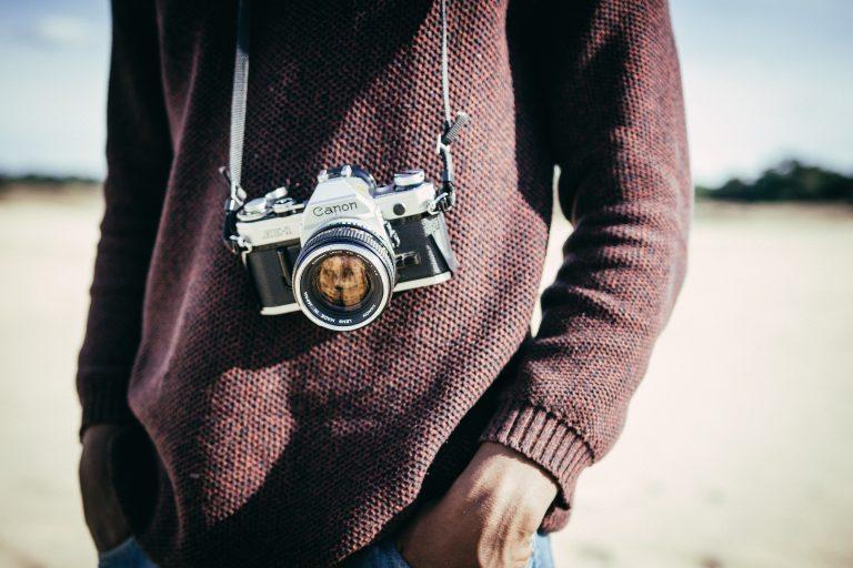 hombre con cámara en su pecho