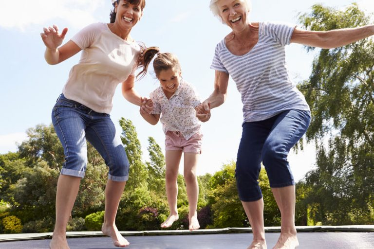 Familia en trampolin