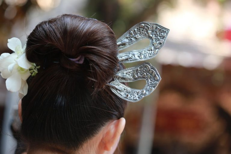 Mujer de pelo negro con accesorio