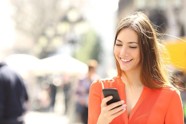Mujer joven con smartphone en la mano