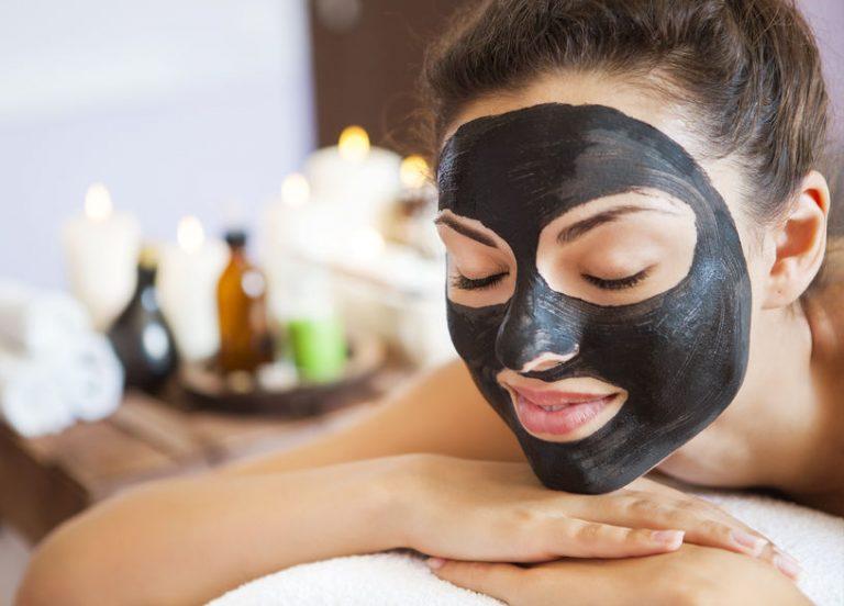 Mujer en spa con mascarilla negra