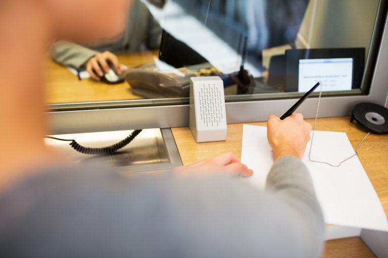 Mujer llenando formulario