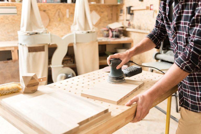 carpintero usando mesa de trabajo