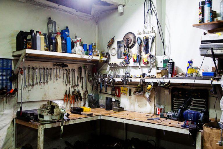 Mesa de trabajo de metal y madera