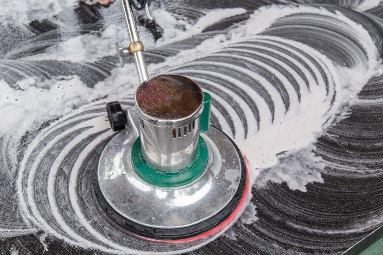 Pulidora de suelo encendida con jabon