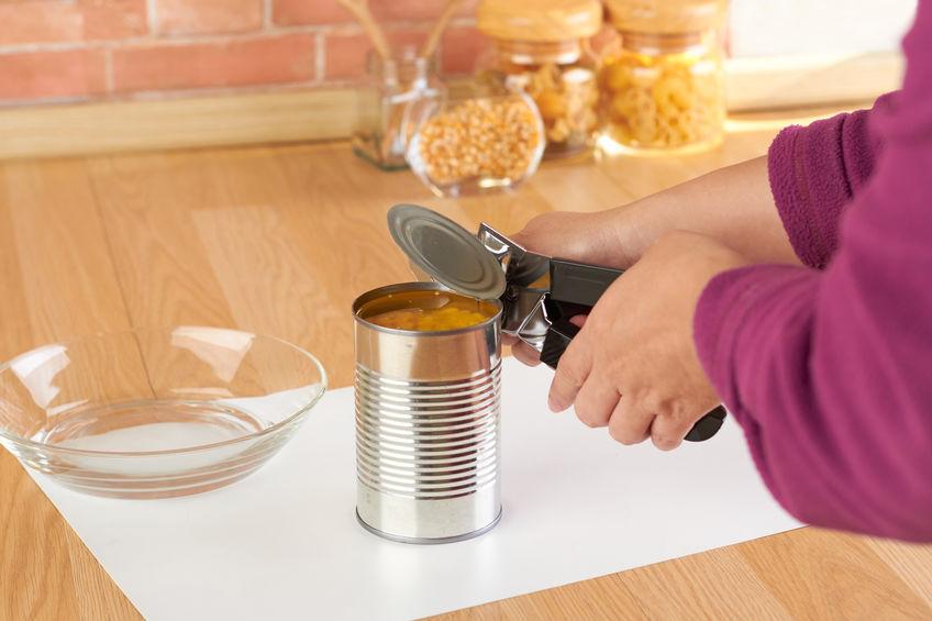 chica abriendo lata de frijoles