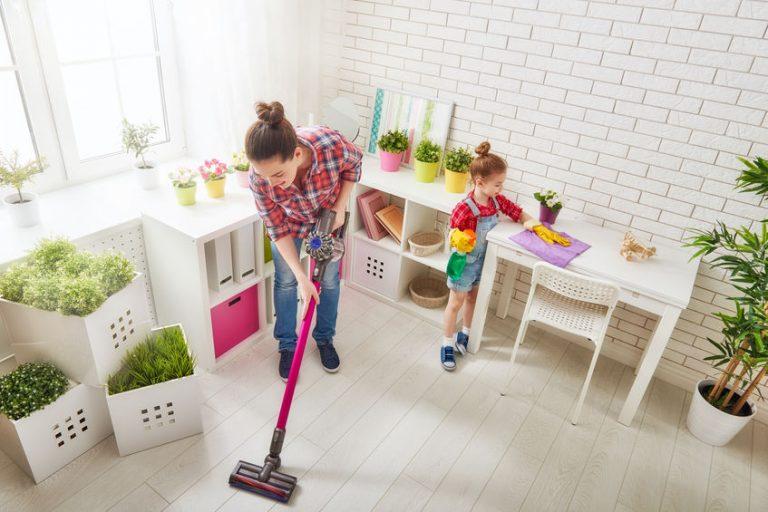 Mujer con su hija limpiando