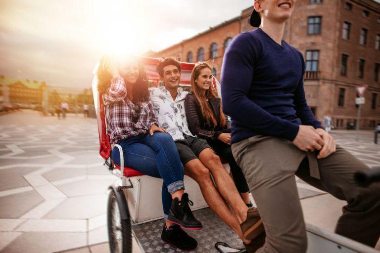 Jovenes paseando en triciclo para adultos