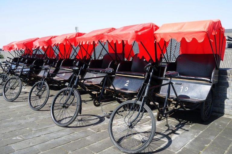 Triciclos paa adultos utilizados en paseos turisticos estacionados en la acera