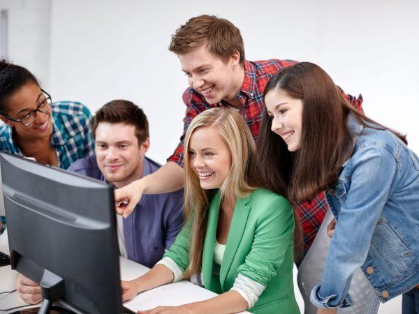 Personas viendo pagina web