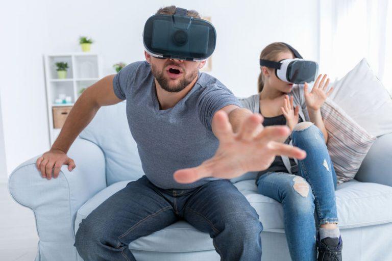 Pareja jugando en realidad virtual