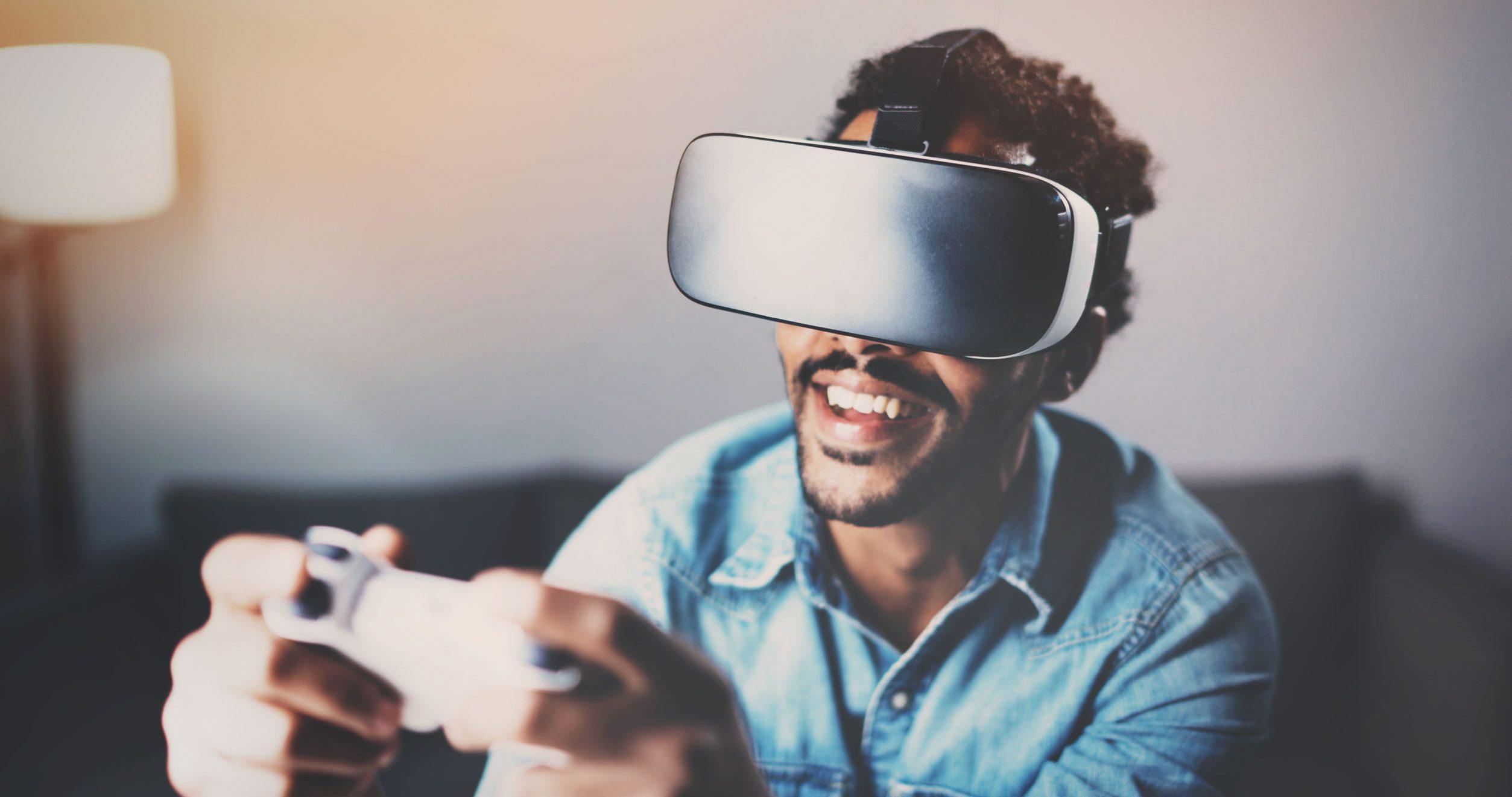 Chico jugando con VR