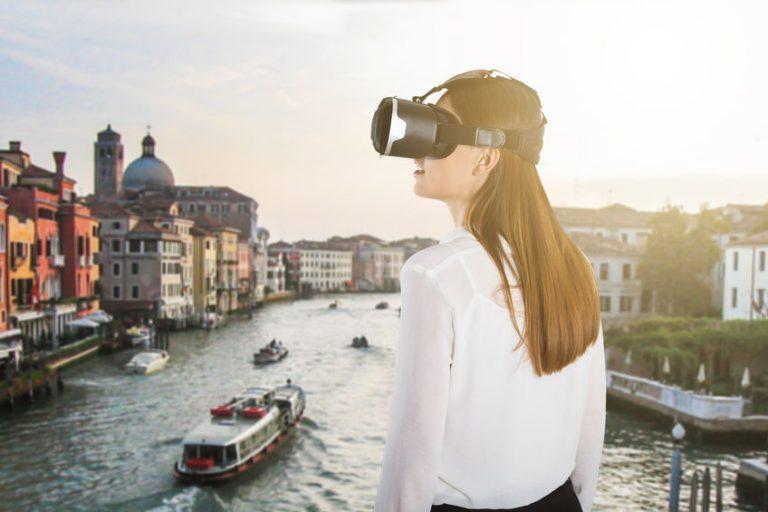 chica viendo un puente desde VR