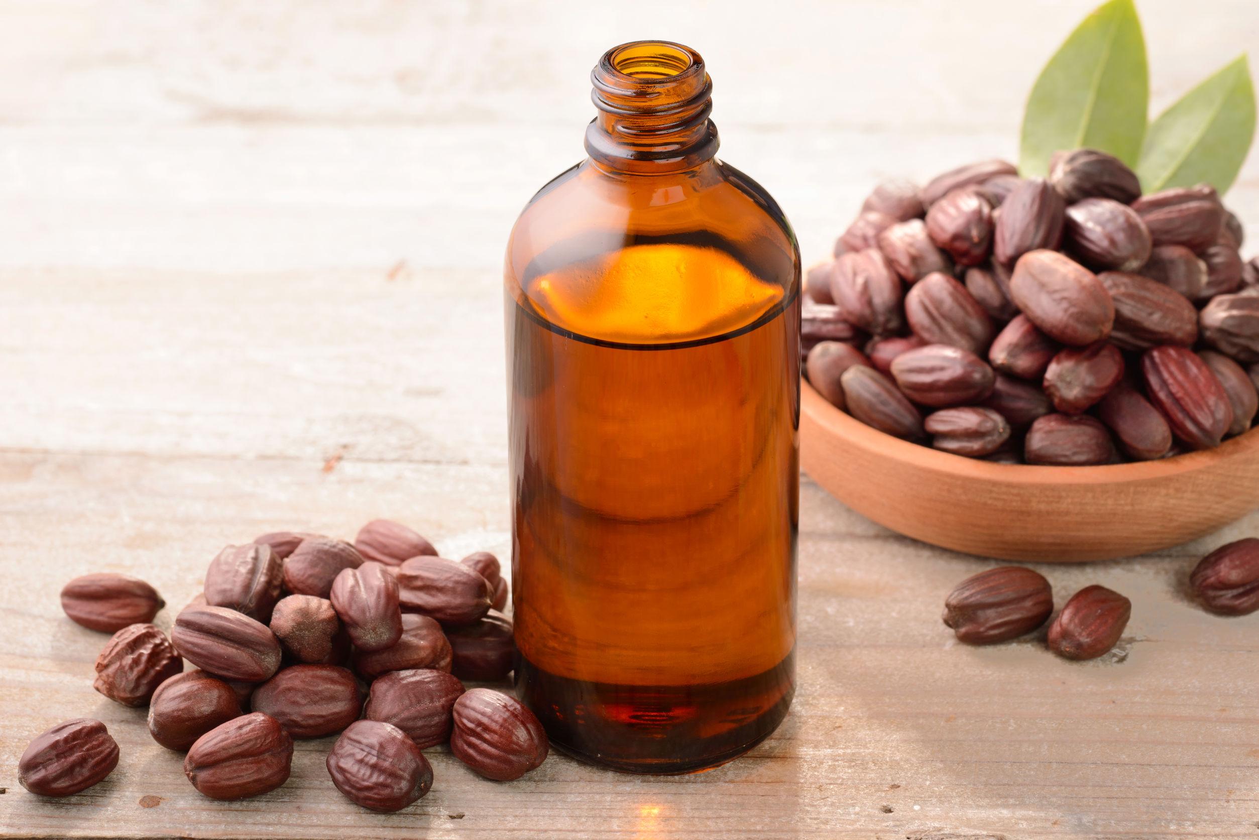 Aceite de jojoba en la tabla de madera