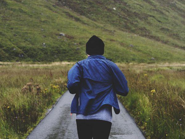 hombre corriendo en carretera