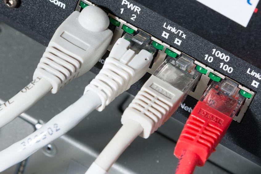 primer plano del concentrador de red y cables de ethernet