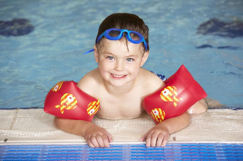 niño con flotadores |